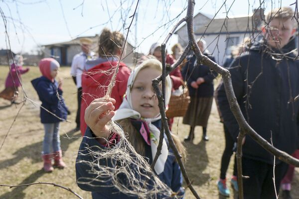 Дзіцячы веснавы абрад гукання вясны Жаваронкі - Sputnik Беларусь