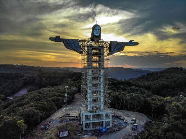Возведение новой статуи Иисуса Христа в бразильском городе Энкантадо  - Sputnik Беларусь