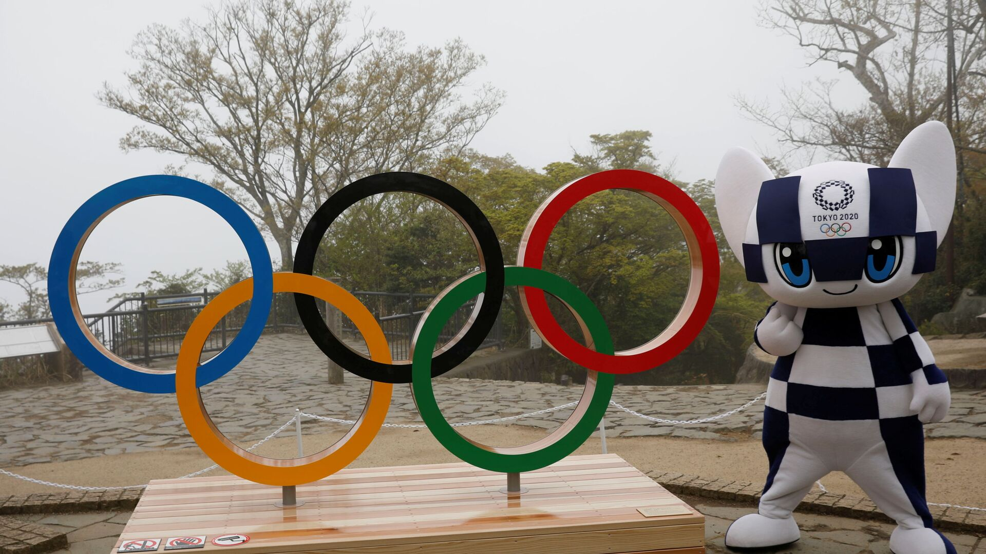 Талисман Олимпийских игр 2020 года в Токио Мираитова позирует с изображением олимпийского символа после церемонии открытия на горе Такао - Sputnik Беларусь, 1920, 14.04.2021