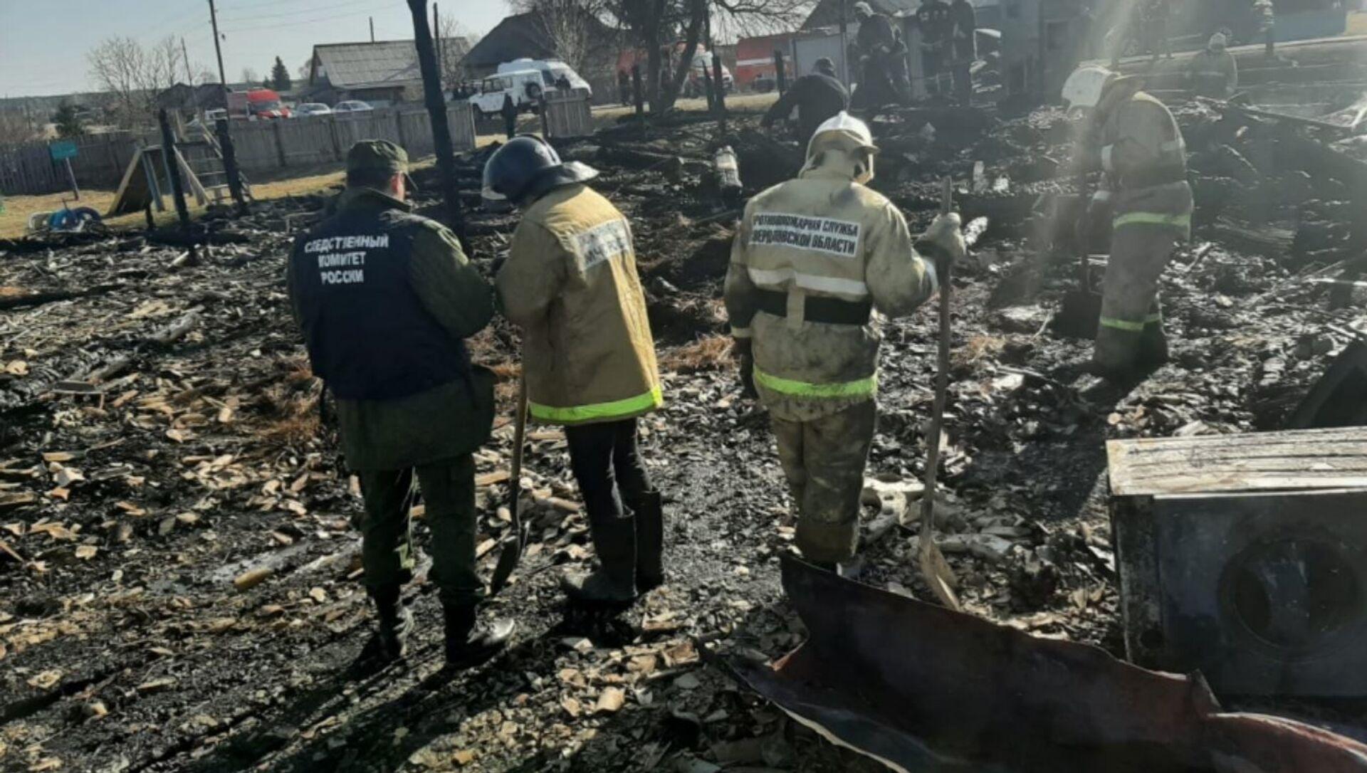 Спасатели и следователи на месте пожара в российской деревне, где погибли дети - Sputnik Беларусь, 1920, 15.04.2021