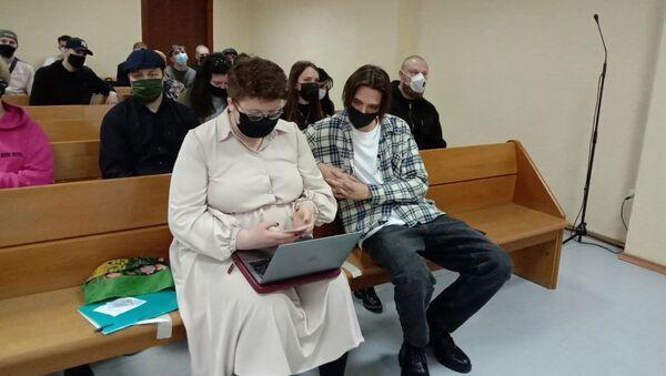 Рэпер Тима Белорусских в суде со своим адвокатом - Sputnik Беларусь