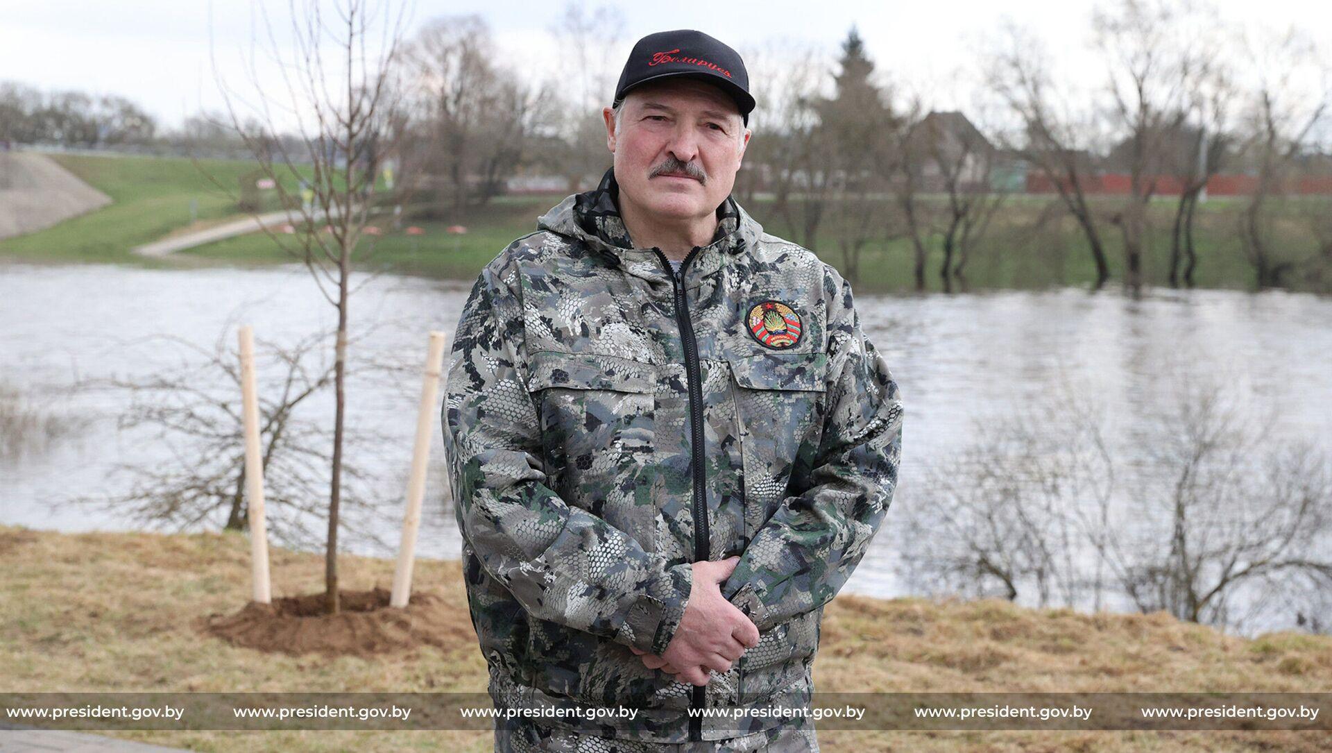 Александр Лукашенко на республиканском субботнике 17 апреля - Sputnik Беларусь, 1920, 17.04.2021