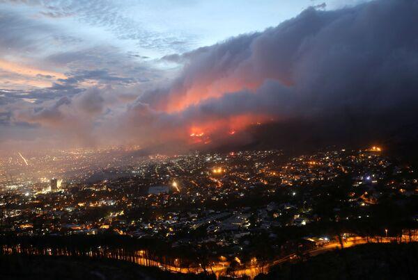 Вид сверху на пожар на склонах горы Столовая в Кейптауне, ЮАР - Sputnik Беларусь