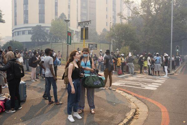 Эвакуация студентов из Университета Кейптауна из-за лесного пожара у подножия горы Столовая - Sputnik Беларусь