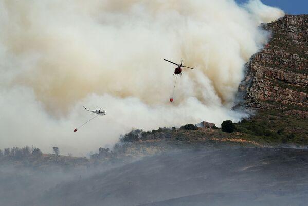 Вертолеты во время тушения лесного пожара лесного пожара на склонах горы Столовая в Кейптауне, ЮАР - Sputnik Беларусь
