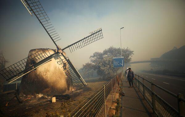 Сгоревшая мельница Мостерта в Кейптауне  - Sputnik Беларусь