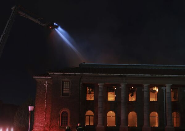 Тушение пожара в библиотеке Jagger на территории университета Кейптауна - Sputnik Беларусь