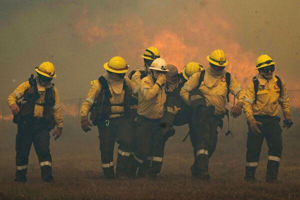 Пострадавший пожарный во время тушения лесного пожара в Кейптауне  - Sputnik Беларусь