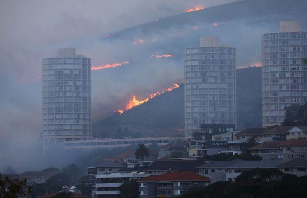 Огонь у домов в Кейптауне  - Sputnik Беларусь