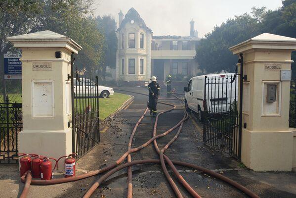 Пожарные осматривают сгоревший кампус студентов Кейптаунского университета - Sputnik Беларусь