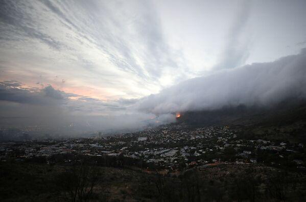 Дым и облака покрывают город Кейптаун - Sputnik Беларусь