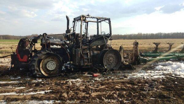 Трактор сгорел на поле в Могилевской области - Sputnik Беларусь