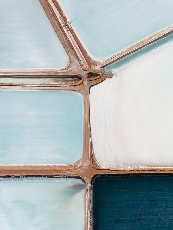 Морская соль - это продукт, который широко используется в повседневной жизни. Морская вода подается в пруды-испарители. Цвет воды зависит от микробактерий, которые меняют свой оттенок при повышении концентрации соли. Как только пруды полностью высохнут, слой соли толщиной около 25 см готов к сбору.  - Sputnik Беларусь