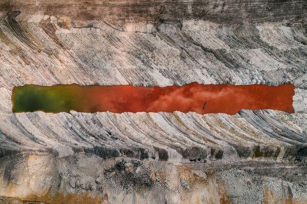 Разноцветная вода — одно из последствий добычи угля. - Sputnik Беларусь