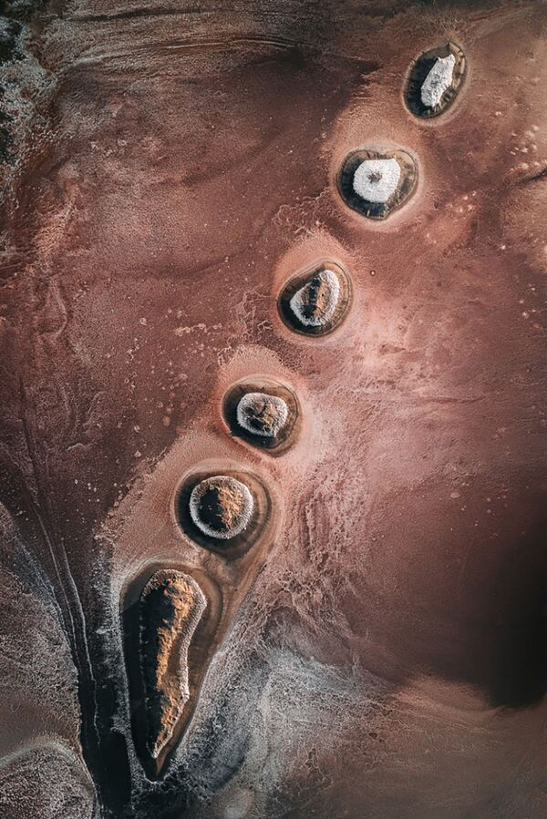 Добыча соли - еще одно вмешательство человека в природу. Морская соль образуется в результате естественного испарения морской воды из искусственно созданных прудов. Хотя промышленность по ее производству охватывает большие территории по всему миру, соляные пруды и болота являются важной средой обитания для многих видов, таких как птицы, моллюски или микроорганизмы.  - Sputnik Беларусь