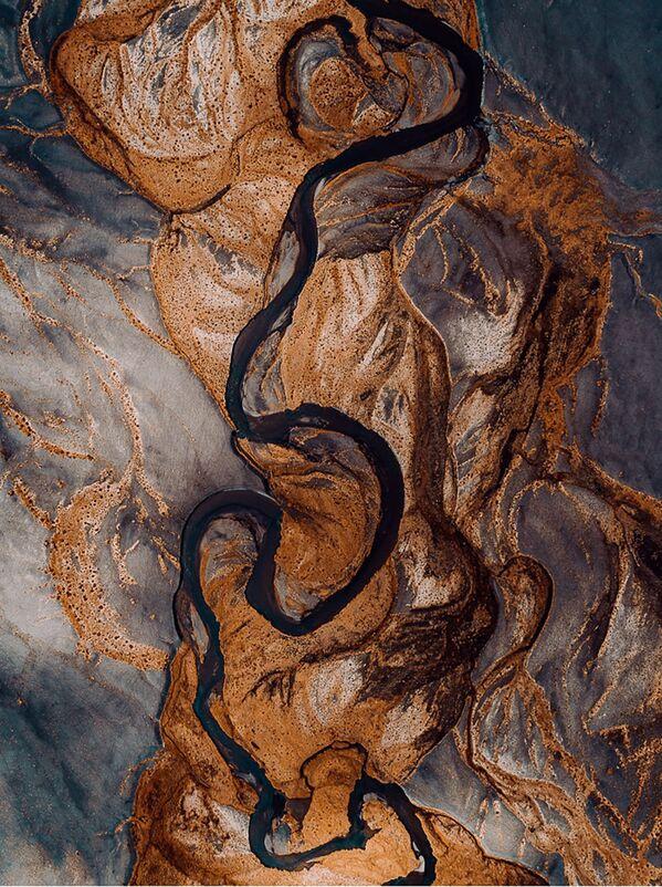 Черный вулканический песок стекает в реки в результате таяния ледников Исландии. - Sputnik Беларусь