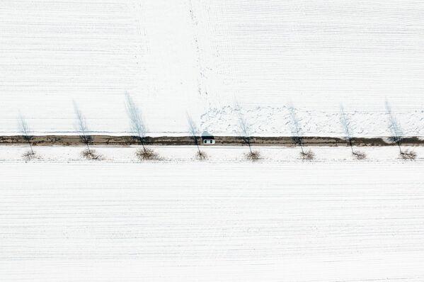 Автомобильная дорога среди заснеженных полей.  - Sputnik Беларусь