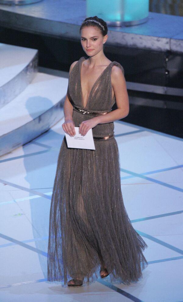 Актриса Натали Портман объявляет номинантов на сцене 77-й ежегодной церемонии вручения премии Оскар, 2005 год. Она подобрала мягкое и изящное платье от Ланвин и в этом образе была невероятно похожа на молодую Одри Хэпберн. - Sputnik Беларусь
