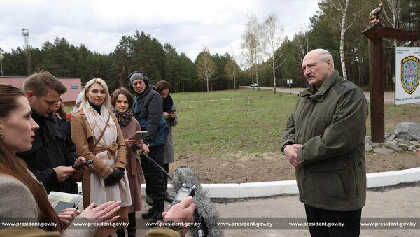 Прэзідэнт Беларусі Аляксандр Лукашэнка размаўляе з журналістамі ў Нараўлянскім раёне - Sputnik Беларусь