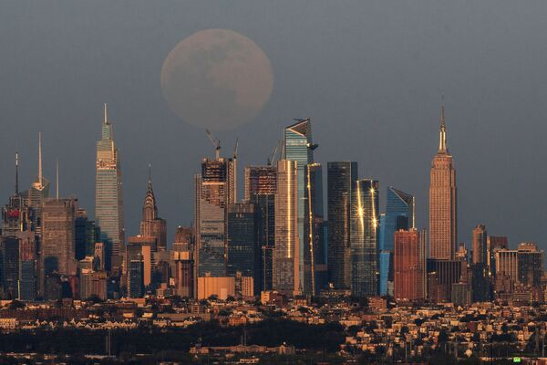 Поўны месяц падымаецца над Нью-Йоркам. - Sputnik Беларусь