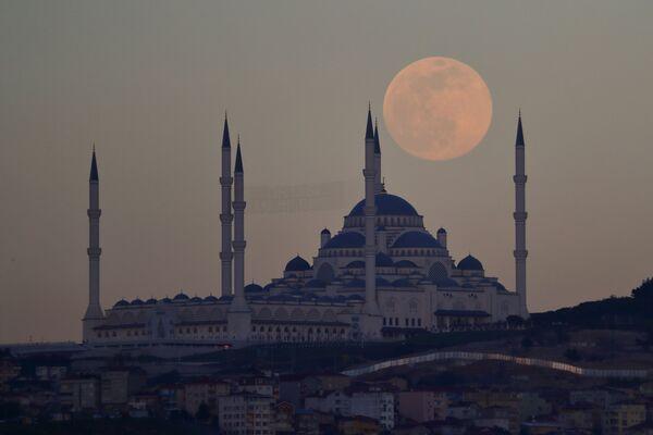 Поўны месяц над мячэццю Камліка ў Стамбуле. - Sputnik Беларусь