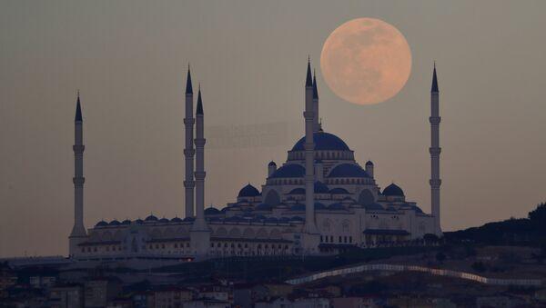 Поўны месяц над мячэццю Камліка ў Стамбуле - Sputnik Беларусь