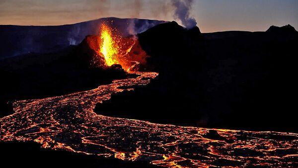 Магическое зрелище: в Исландии проснулся вулкан Фаградальсфьядль – видео  - Sputnik Беларусь