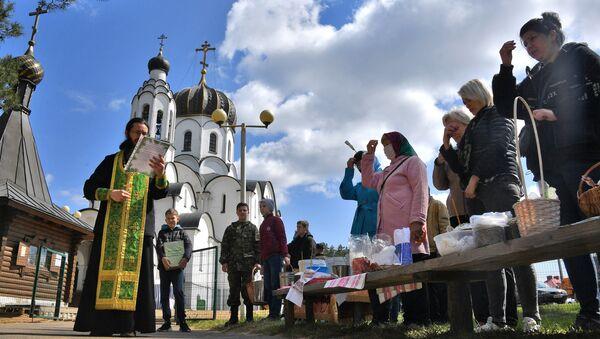 Верующие освящают куличи перед Пасхой в Храме Рождества Христова в Минске  - Sputnik Беларусь