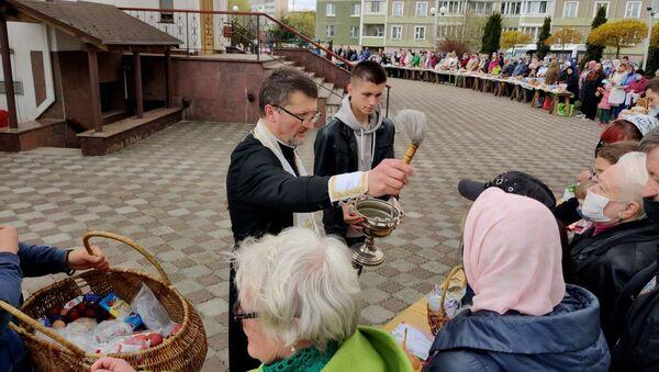 Минчане освящают пасхальную пищу в канун великого праздника — видео  - Sputnik Беларусь