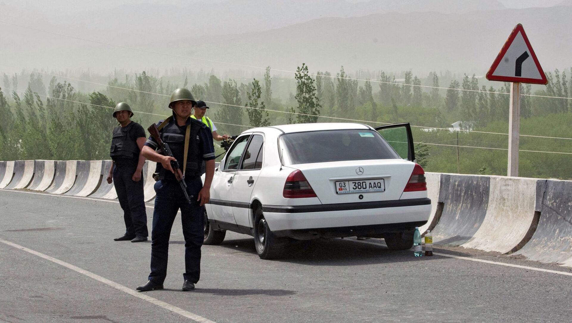 Военнослужащие и сотрудники полиции Кыргызстана в районе села Кок-Таш - Sputnik Беларусь, 1920, 01.05.2021