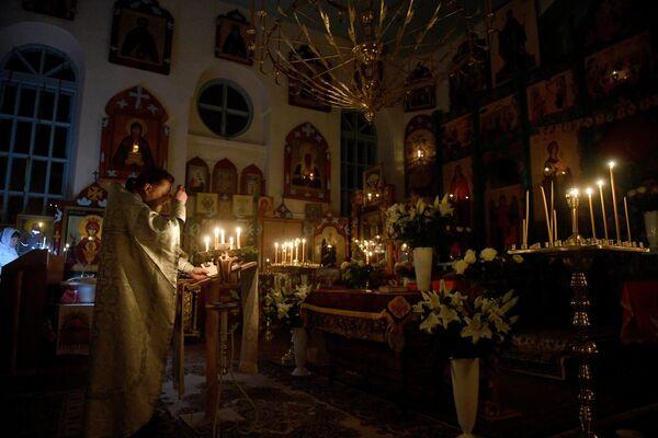 Отец Сергий проводит пасхальную службу в церкви Святого Николая Чудотворца - Sputnik Беларусь