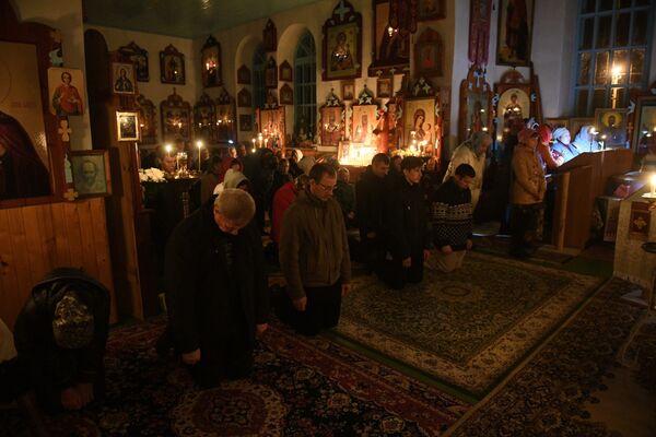 Прихожане в церкви Святого Николая Чудотворца - Sputnik Беларусь