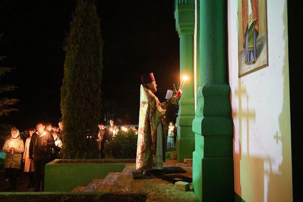 Священник отец Сергий проводит пасхальную службу - Sputnik Беларусь
