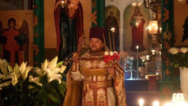 Священник отец Сергий проводит пасхальную службу в церкви Святого Николая Чудотворца - Sputnik Беларусь
