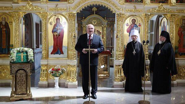 Лукашенко передал в дар церкви напрестольный Туровский крест - Sputnik Беларусь