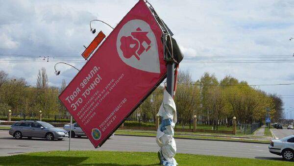 Сильный ветер повалил деревья и сломал билборд в Бресте - Sputnik Беларусь