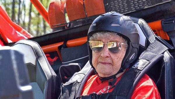 У Сочы 99-гадовая ветэран ВАВ паўдзельнічала ў гонках на багі – відэа - Sputnik Беларусь