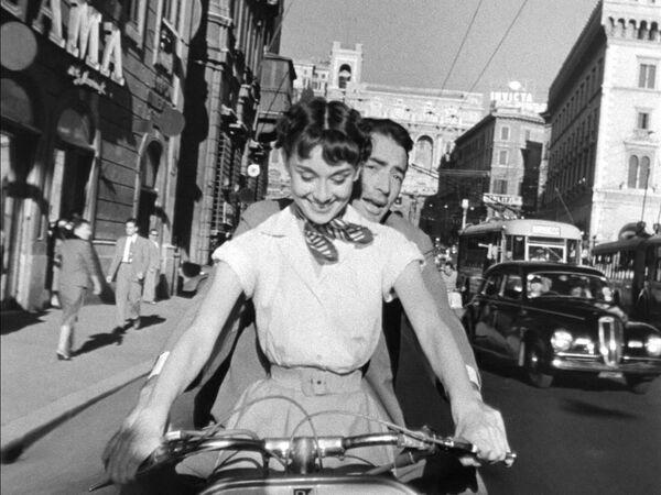 Затем ей предложили роль в голливудском фильме Римские каникулы. Одри Хепберн и Грегори Пек - принцесса Анна и Джо - в знаменитой поездке по Риму на мотороллере Vespa. - Sputnik Беларусь