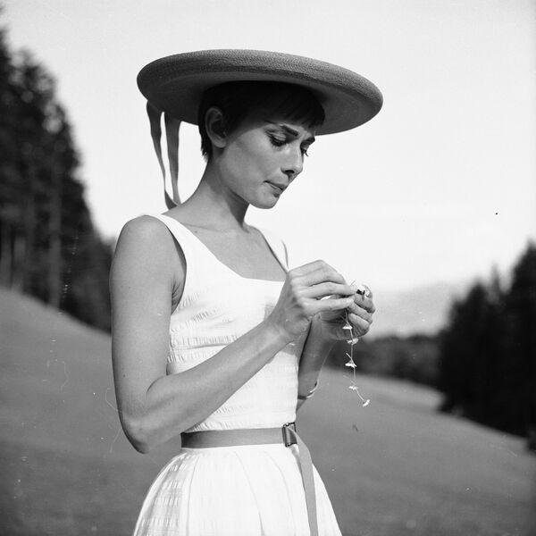 Одри Хепберн собирает маргаритки в Швейцарии. - Sputnik Беларусь