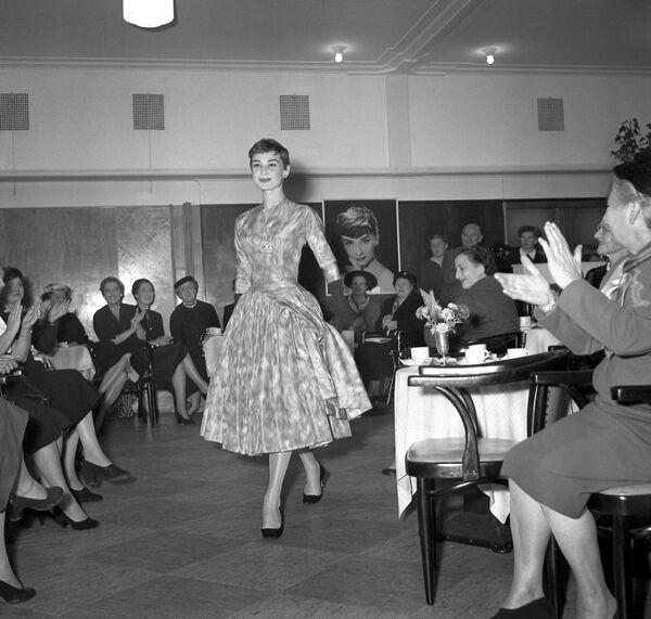 Актриса демонстрирует платье Givenchy на показе мод в ноябре 1954 года в Амстердаме. Юбер де Живанши и Одри Хепберн познакомились, когда оба были еще лишь дебютантами. Они дружили сорок лет, и эти отношения изменили как моду, так и кино.  - Sputnik Беларусь