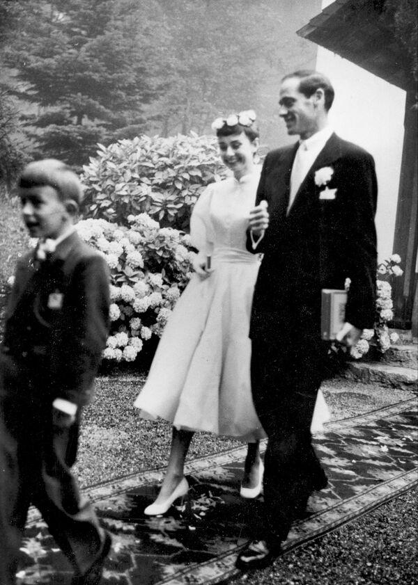 Свадьба Одри Хепберн и Мела Феррера в маленькой церковной часовне в Бургенштоке, Швейцария, 26 сентября 1954 года. В 1954 году Одри вернулась на театральную сцену в роли русалки в пьесе Ундина, где ее партнером был Мел Феррер, за которого она в этом же году вышла замуж. Для Мела Феррера этот брак был четвертым (из пяти).  - Sputnik Беларусь