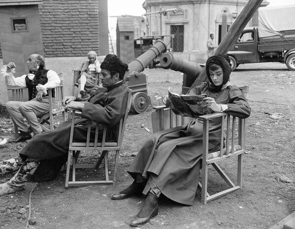 Одри Хепберн и Генри Фонда на съемочной площадке Войны и мира в Риме, 7 сентября 1955 года.  - Sputnik Беларусь