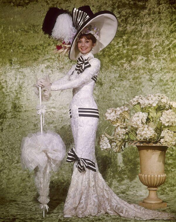В роли Элизы Дулиттл в фильме Моя прекрасная леди 1964 года. Художником по костюмам ленты был известный дизайнер, икона стиля Сесиль Битон. - Sputnik Беларусь