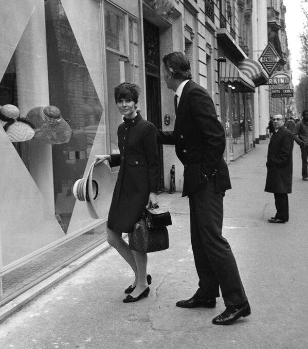Актриса Одри Хепберн перед бутиком Givenchy, 1968 год. Кутюрье даже свой первый аромат духов L'interdit посвятил Одри. И хотя модельер хотел запустить их в продажу, актриса запретила это делать и пользовалась ими только сама семь лет. Спор о сотрудничестве Живанши, по словам Одри, стал последней каплей, окончательно испортившей ее отношения с первым супругом. Мел Феррер вместе с агентом актрисы решили, что она слишком много рекламирует модный дом, ничего не получая взамен. - Sputnik Беларусь