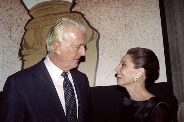 Французский дизайнер Юбер де Живанши и актриса Одри Хепберн 21 октября 1991 года в музее Галльеры в Париже во время приема, посвященного его 40-летию моды. Она шутила, что так же зависима от любимого дизайнера, как жители Америки – от своего психоаналитика. Когда Одри стала послом ЮНИСЕФ, друг сказал, что она может ввести моду на благотворительность. Поначалу актрису ужаснули эти слова. Но модельер объяснил: люди, так любящие видеть ее на экранах, будут подражать ей не только в стиле одежды. - Sputnik Беларусь