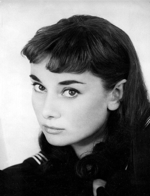Одри Хепберн в бродвейской постановке Жижи в Нью-Йорке. Она начинала танцовщицей на сцене лондонских театров, а затем снялась в нескольких ролях в европейском кино.  - Sputnik Беларусь