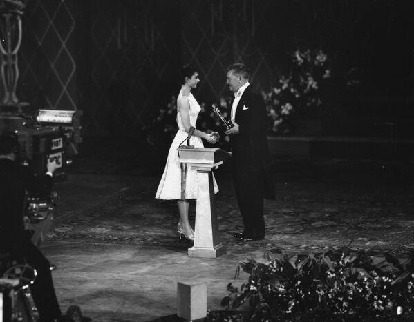 В платье Givenchy она получает Оскар за роль в фильме Римские каникулы, 1954 год. - Sputnik Беларусь