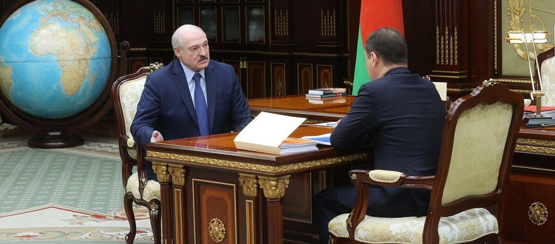 Александр Лукашенко принял с докладом, посвященным вопросам экономики, премьер-министра Романа Головченко - Sputnik Беларусь, 1920, 04.05.2021