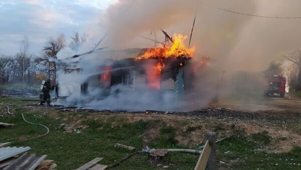 У Мядзельскім раёне 12-гадовы падлетак выратаваў на пажары свайго малодшага брата - Sputnik Беларусь