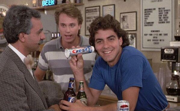 В 1980-х Джордж Клуни еще не знал, что станет звездой номер один, поэтому брался за все подряд, в том числе за роль в сиквеле треш-хоррора Возвращение помидоров-убийц.  - Sputnik Беларусь